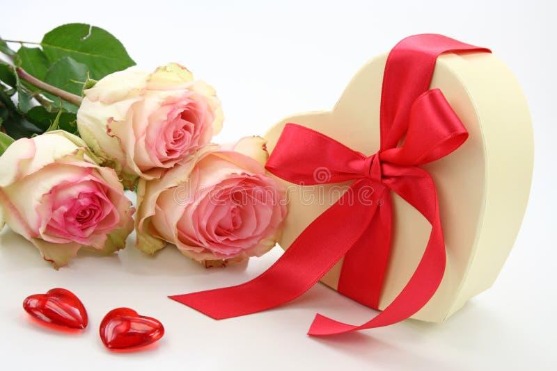De doos en de rozen van de gift royalty-vrije stock afbeeldingen