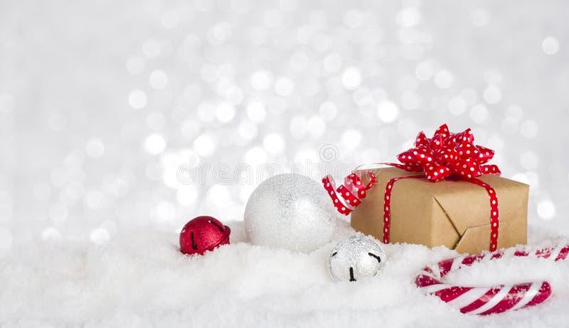De doos en de decoratie van de Kerstmisgift in sneeuw tegen bokehachtergrond royalty-vrije stock foto