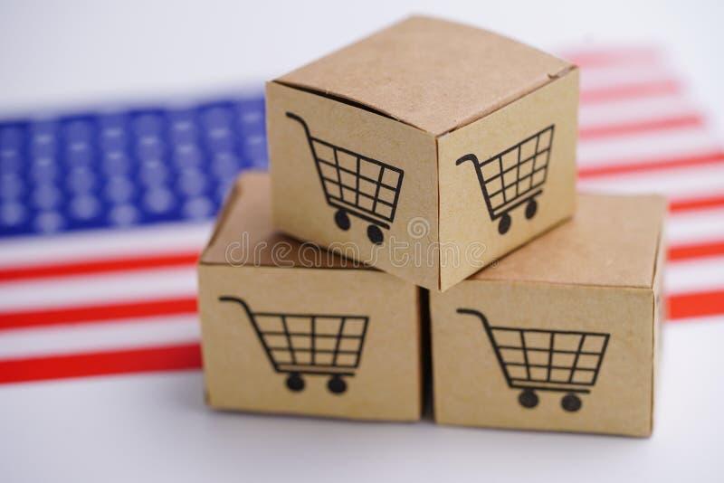 De doos met boodschappenwagentjeembleem en de Verenigde Staat van Amerika de V.S. markeren: Invoer-uitvoer online of elektronisch royalty-vrije stock afbeeldingen
