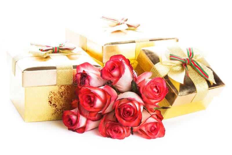 De doos van de gift en boeket van rozen stock foto
