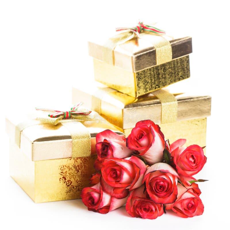 De doos van de gift en boeket van rozen stock afbeelding