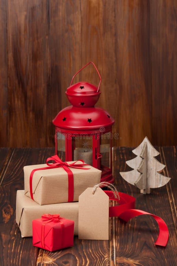 De doos van de gift met lege markering De decoratie van Kerstmis stock afbeeldingen