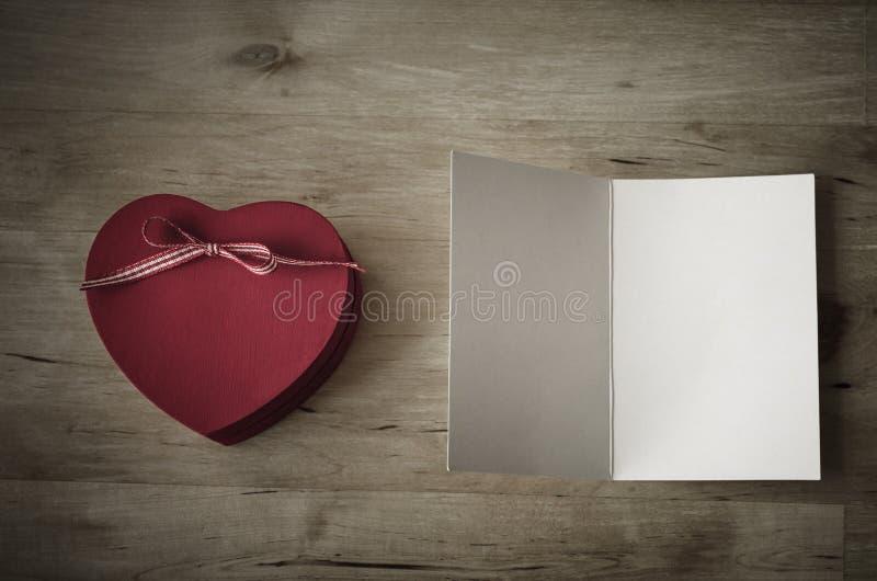 De Doos van de hartgift en Lege Kaart - Wijnoogst royalty-vrije stock afbeeldingen