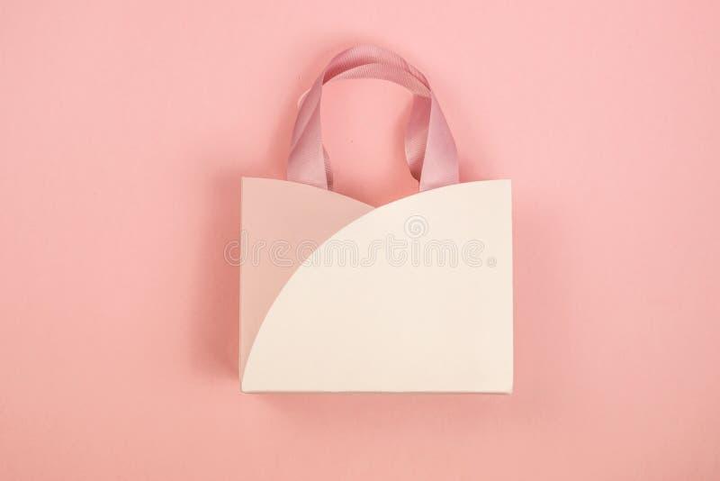 De doos van de gift op roze achtergrond 14 februari kaart, de dag van Valentine r stock foto