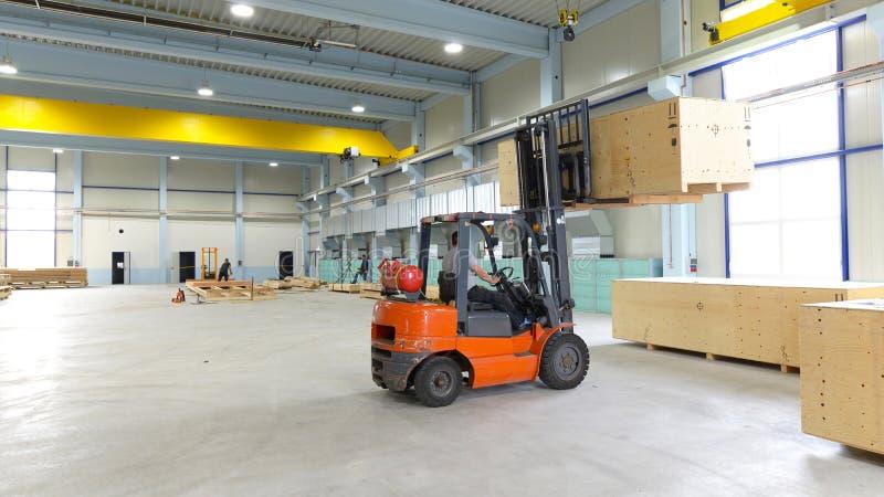 De doos van het vorkheftruckvervoer in een industriële onderneming voor opslag royalty-vrije stock afbeeldingen