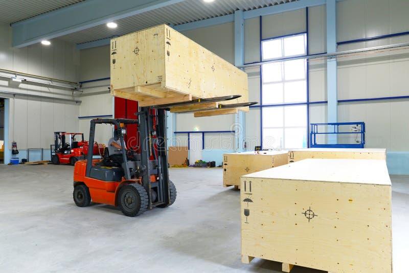 De doos van het vorkheftruckvervoer in een industriële onderneming voor opslag stock fotografie