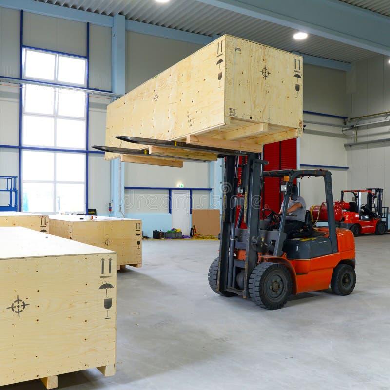 De doos van het vorkheftruckvervoer in een industriële onderneming voor opslag royalty-vrije stock foto
