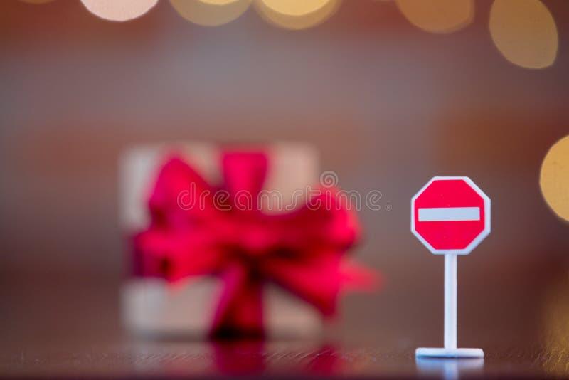 De doos van de Kerstmisgift en de pool van het EINDEsignaal stock afbeeldingen