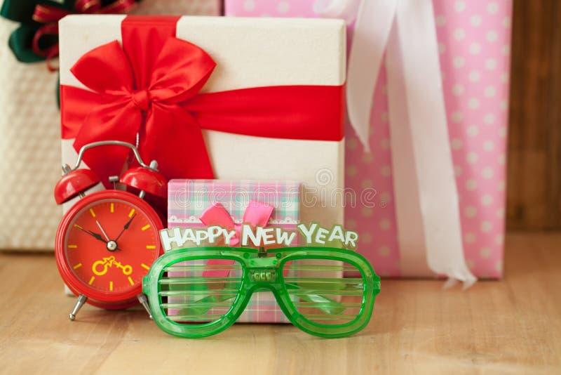De doos van de Kerstmisgift op houten achtergrond Vrolijke Kerstmis en hap royalty-vrije stock fotografie