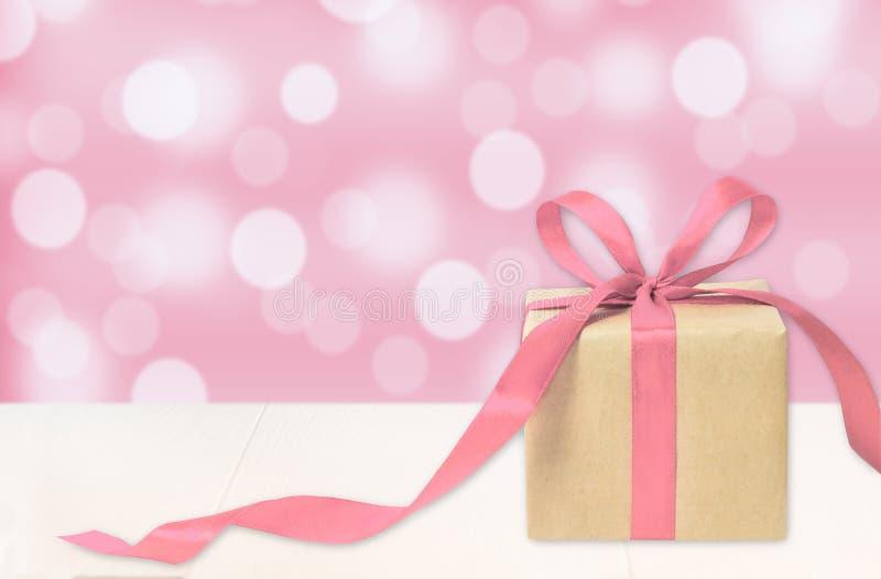 De doos van de Kerstmisgift tegen turkooise bokehachtergrond royalty-vrije stock fotografie