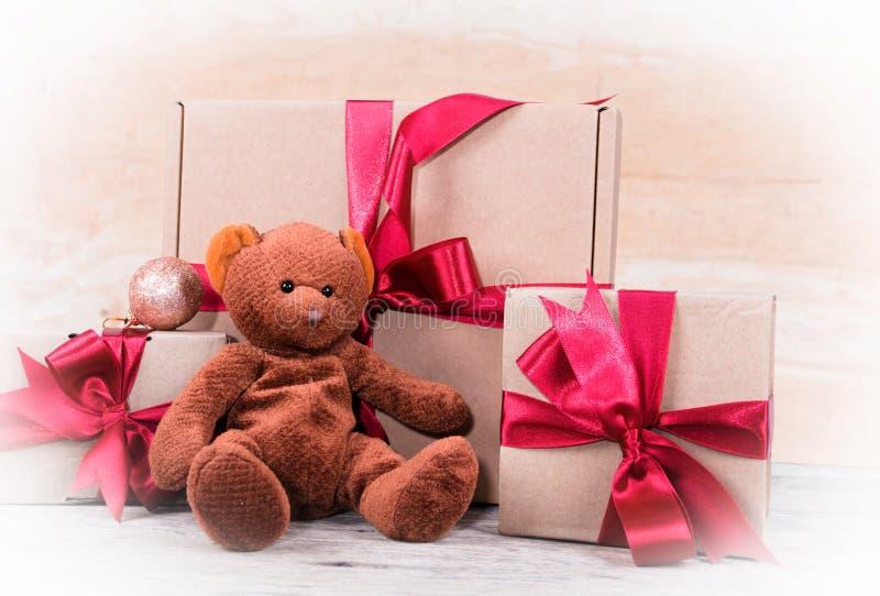 De doos van de teddybeer en van de gift stock fotografie