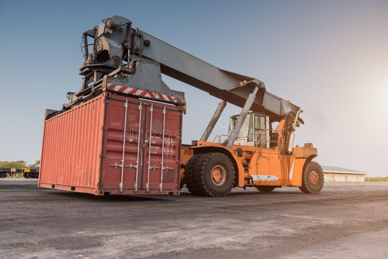 De dooslading van de vorkheftruck behandelende container royalty-vrije stock foto