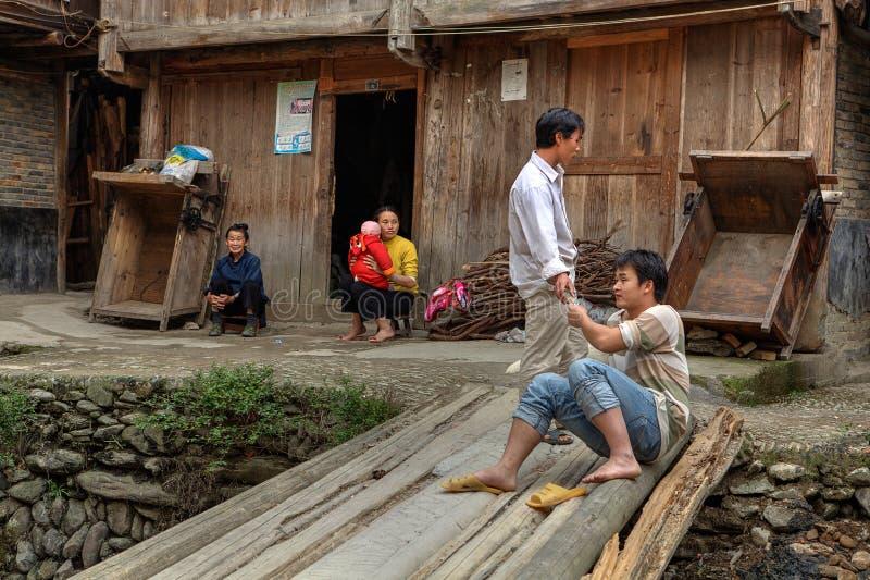 De dorpsbewoners in China hebben rust in dorpsstraat, Guizhou-Provincie stock foto's