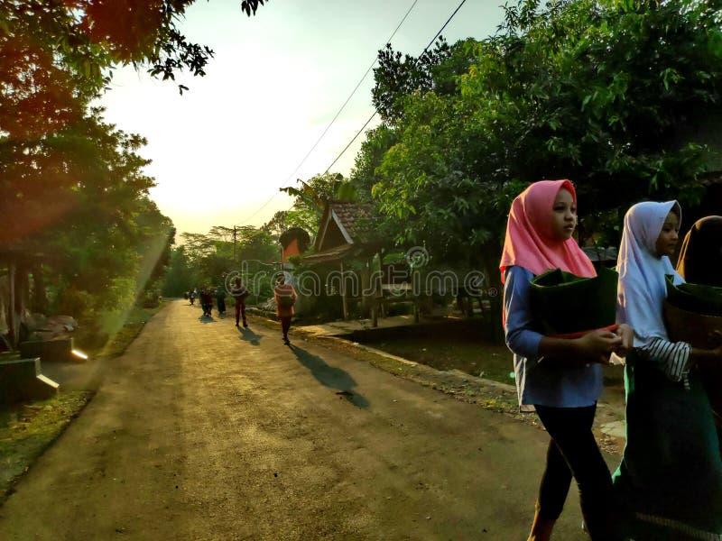 De dorpsbewoners toen zij vertrokken om liefdadigheid ter wereld te doen stock foto