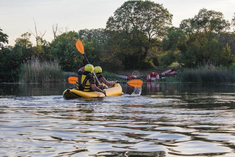 De dos mangos goce del agua que transporta actividad en balsa en el río Transportar a la familia en balsa el d?as de fiesta foto de archivo libre de regalías