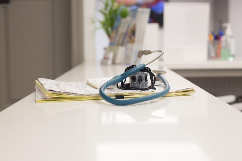 De dossiers en de stethoscoop van een patiënt stock foto's
