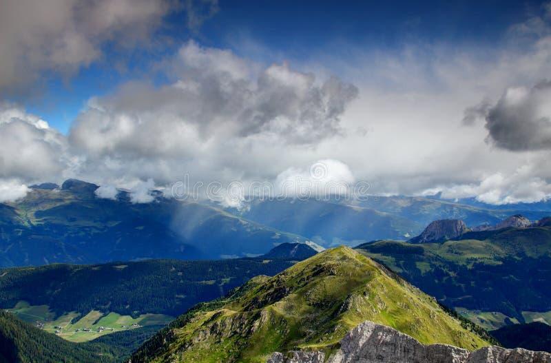 De douchebereik van de de zomerregen over zonnig valleien Oost-Tirol Oostenrijk royalty-vrije stock afbeelding