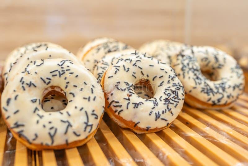 De doughnut met vanille het berijpen en chocolade bestrooit bovenste laagje stock foto's
