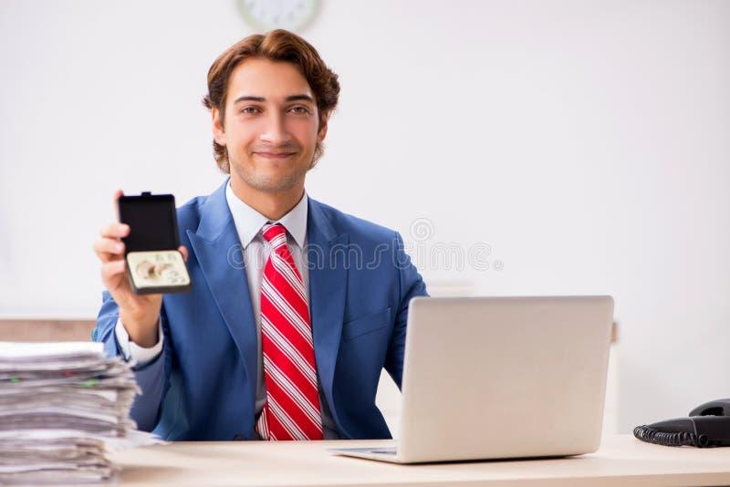 De dove werknemer die gehoorapparaat in bureau gebruiken royalty-vrije stock foto's