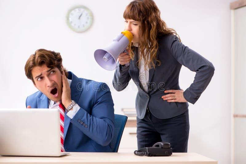 De dove werknemer die gehoorapparaat gebruiken die aan werkgever spreken stock foto