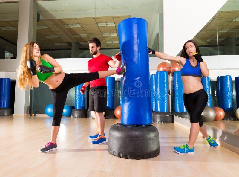 De in dozen doende aerobox persoonlijke trainer van de vrouwengroep stock foto's