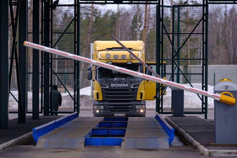 De in dozen doende barrière opent voor gewichtscontrole van zware voertuigen bij scania van de de douane postauto van de staat G royalty-vrije stock foto's