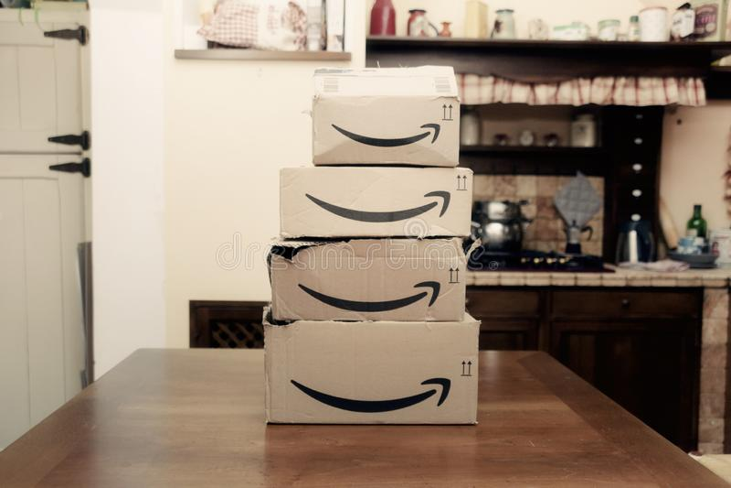 De dozen van Amazonië stapelen hoofdartikel vier op stock foto