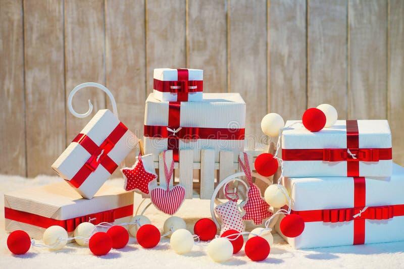 De dozen van de Kerstmisgift met rode lintbogen stock foto's