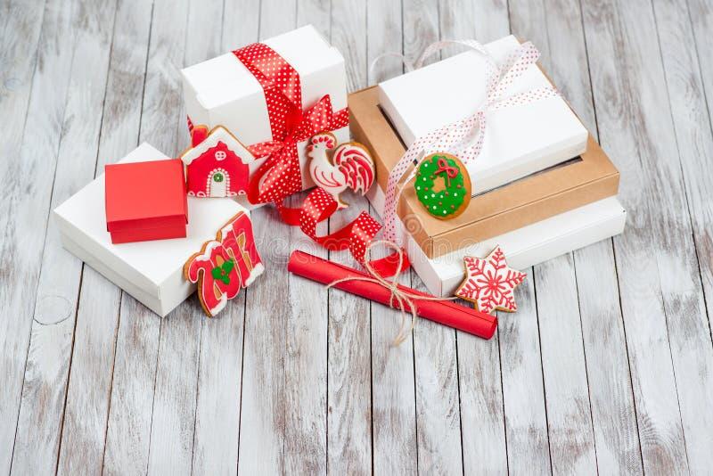 De dozen van de Kerstmisgift over houten achtergrond Concepten 2017 nieuw jaar royalty-vrije stock foto