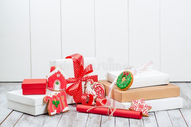 De dozen van de Kerstmisgift over houten achtergrond Concepten 2017 nieuw jaar royalty-vrije stock afbeelding