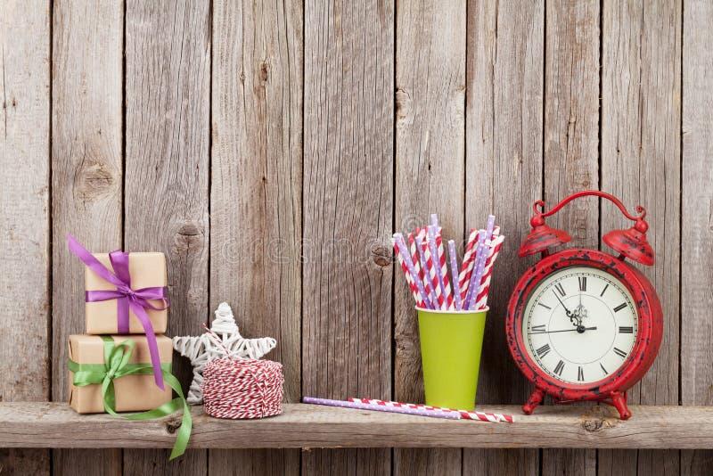 De dozen van de Kerstmisgift, wekker en voedseldecor stock fotografie