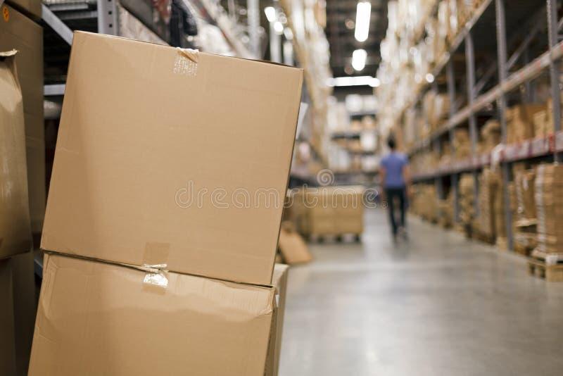 De dozen van het karton in de doorgang royalty-vrije stock afbeeldingen