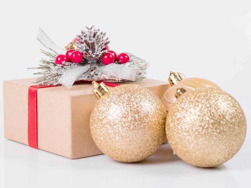 De dozen van de Kerstmisgift en Kerstmisballen op een witte achtergrond stock afbeelding