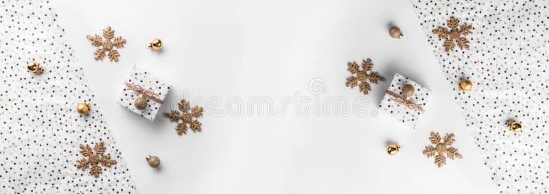 De dozen van de Kerstmisgift op omslagachtergrond met gouden decoratie en denneappels royalty-vrije stock foto