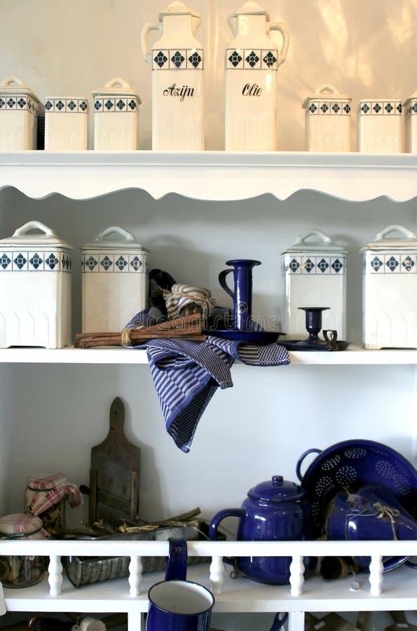 De dozen van kruiden op keukenplank stock afbeelding