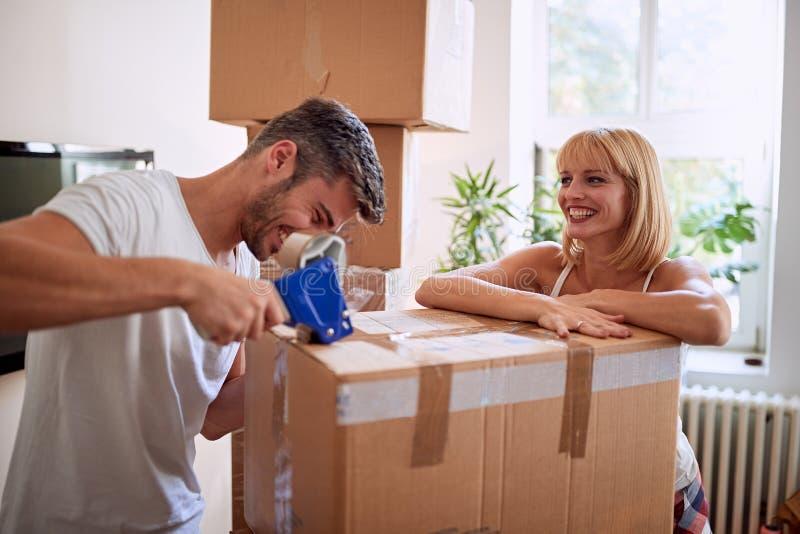 De dozen van de paarverpakking terwijl het bewegen van huis stock foto