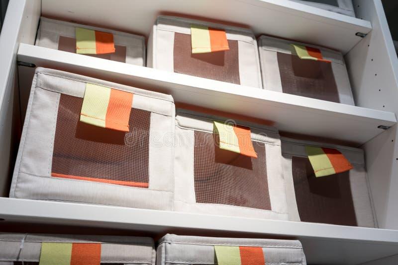 De dozen van de stoffenopslag in vierkante vorm met oranje en gele trekkracht royalty-vrije stock foto