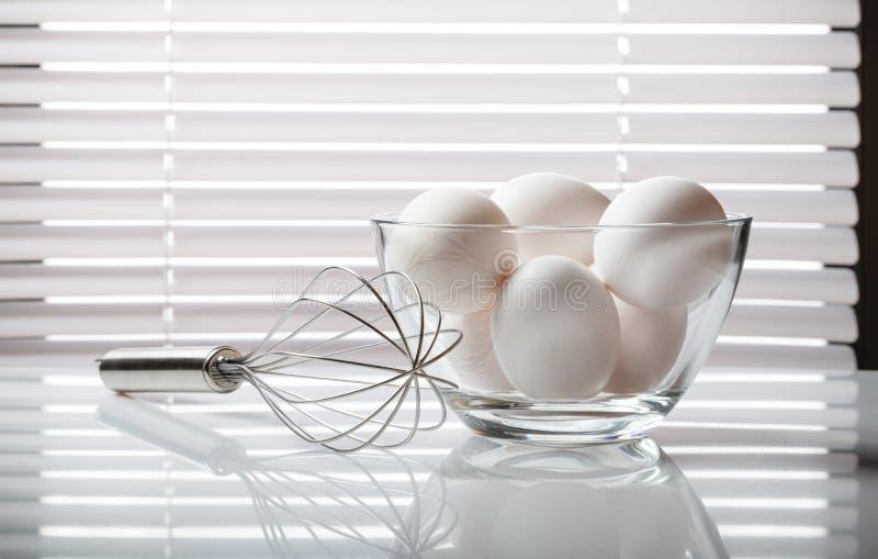 De draad zwaait en eieren stock fotografie