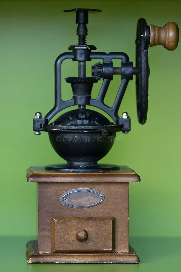 De draagbare handkoffiemolen wordt gevestigd op de vloer stock foto's