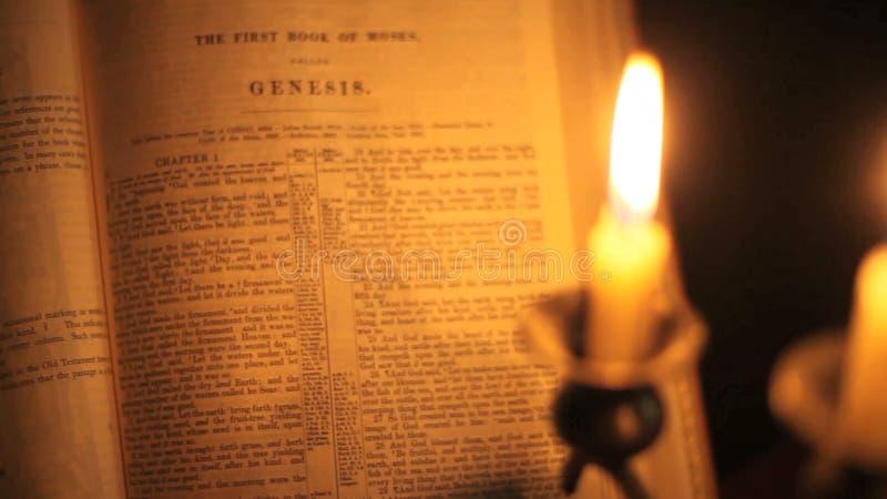 De draai van de bijbelpagina vast stock videobeelden