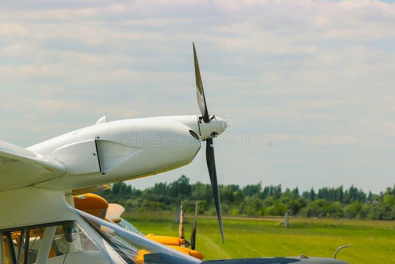 De draaien van de vliegtuigpropeller bij luchthaven royalty-vrije stock fotografie