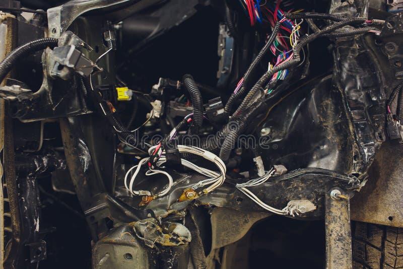 De draden van de auto bedrading ligt in de cabine van de ontmantelde auto met schakelaars en stoppen, een mening door het venster stock afbeeldingen