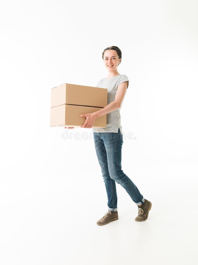 De dragende bewegende dozen van de vrouw stock fotografie