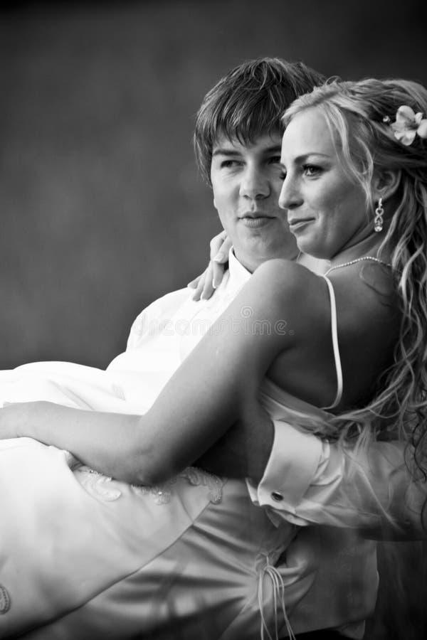 De Dragende Bruid van de bruidegom royalty-vrije stock afbeelding