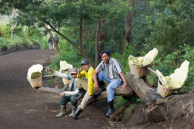 De dragende zwavel van de arbeider binnen krater Ijen royalty-vrije stock foto's