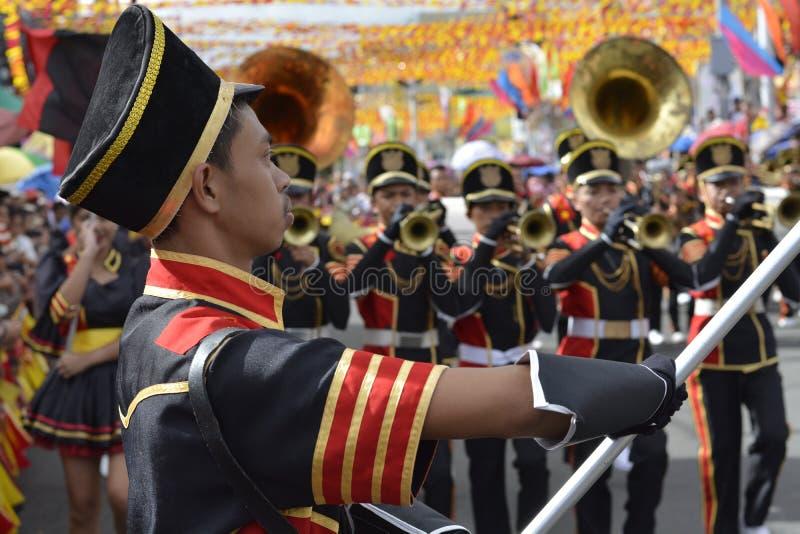 De drager van de bandvlag leidt de band tijdens de jaarlijkse fanfarekorpstentoonstelling royalty-vrije stock foto's