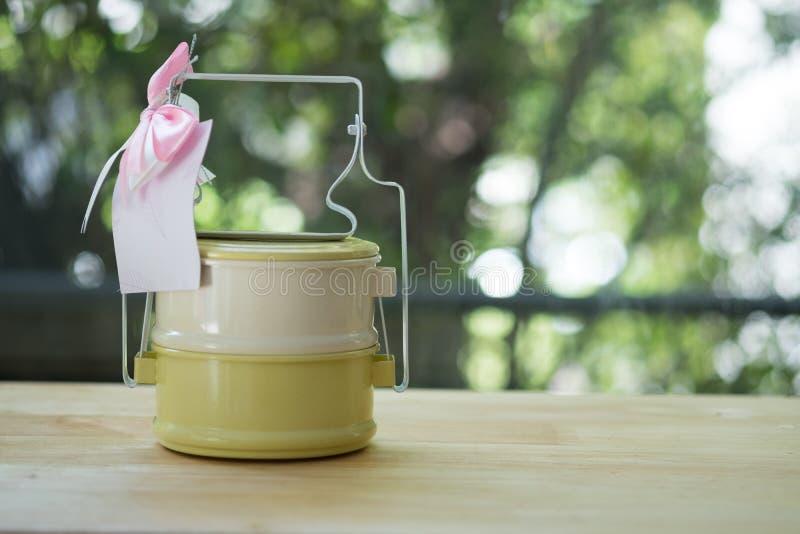 De dragerpastelkleur van het metaal tiffin Thaise voedsel op houten lijst royalty-vrije stock foto's