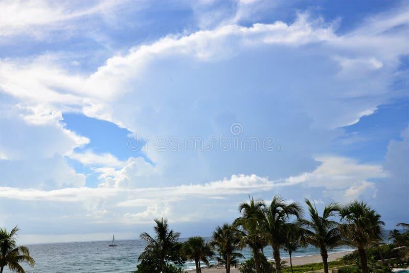 De dramatische aambeeld-vormige cumuluswolken zijn typisch bakens die van een streng onweer het strand naderen royalty-vrije stock foto
