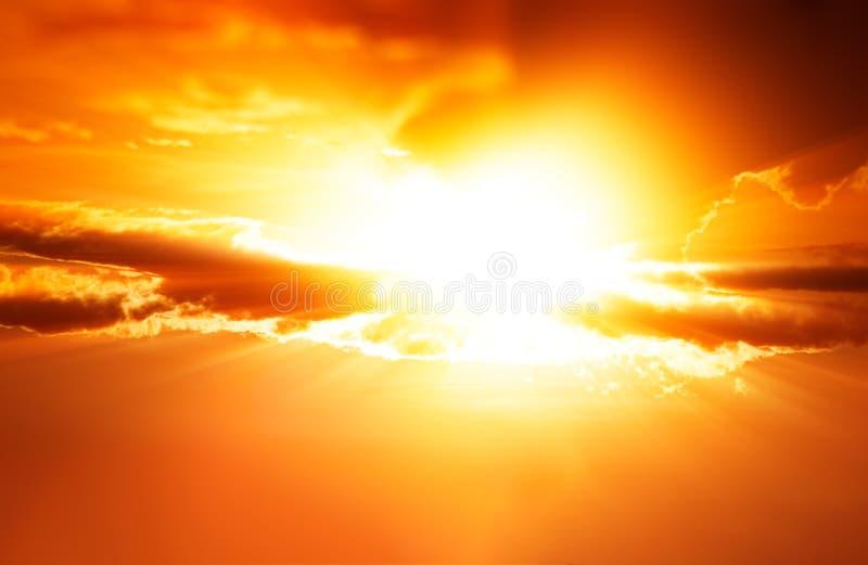De dramatische achtergrond van zonsondergangstralen cloudscape royalty-vrije stock afbeelding