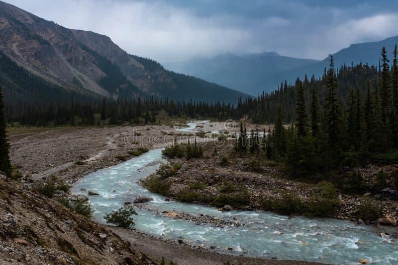 De dramatische Boogrivier die de Boogvallei doornemen, Icefield-Brede rijweg met mooi aangelegd landschap, Canada, het melkachtig stock afbeeldingen